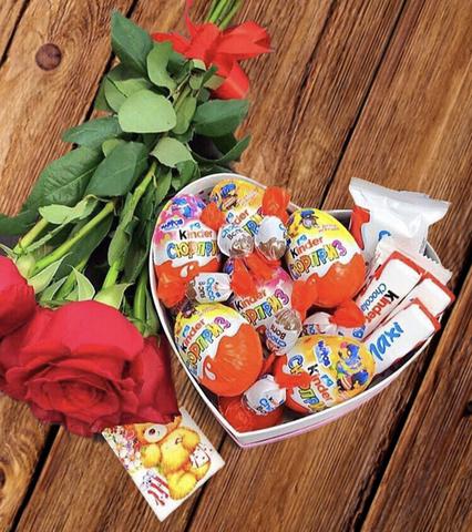 7 роз и коробочка с киндерами #16221