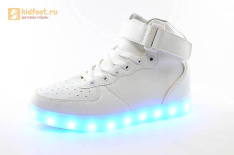 Светящиеся высокие кроссовки с USB зарядкой Fashion (Фэшн) на шнурках и липучках, цвет белый, светится вся подошва. Изображение 3 из 27.