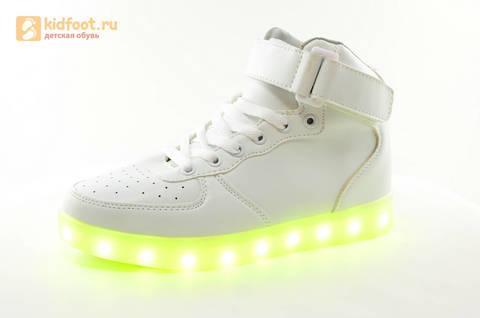 Светящиеся высокие кроссовки с USB зарядкой Fashion (Фэшн) на шнурках и липучках, цвет белый, светится вся подошва. Изображение 4 из 27.