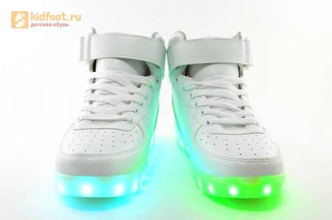 Светящиеся высокие кроссовки с USB зарядкой Fashion (Фэшн) на шнурках и липучках, цвет белый, светится вся подошва. Изображение 9 из 27.