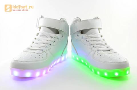 Светящиеся высокие кроссовки с USB зарядкой Fashion (Фэшн) на шнурках и липучках, цвет белый, светится вся подошва. Изображение 16 из 27.