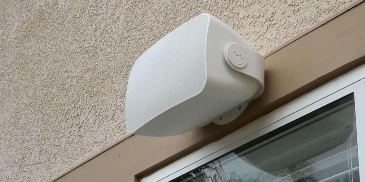 Подвесная уличная аудиосистема SONOS Outdoor by Sonance закреплена