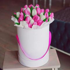 25 белых и розовых тюльпанов в шляпной коробке