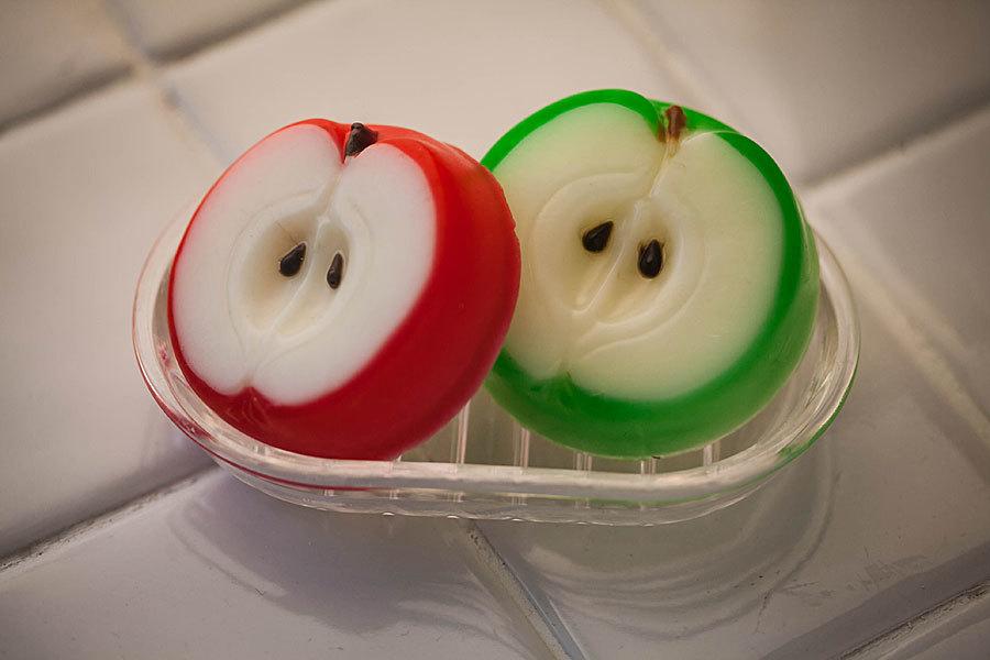 Мыло в виде яблока, изготовленное в пластиковой форме