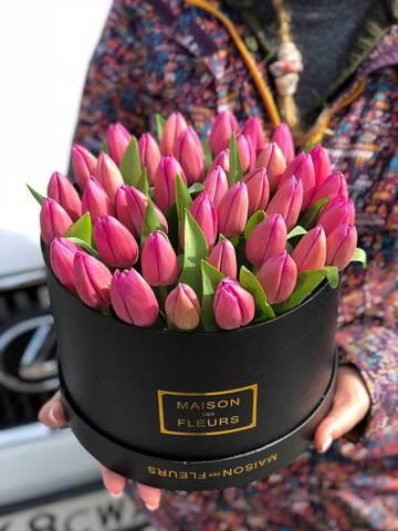 Розовые тюльпаны в черной подарочной коробке