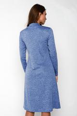 Очаровательное платье свободного кроя из мягкого трикотажа. Рукав длинный. Ворот - стойка. По переду отрезная кокетка со складками.  (Длина: 46-101 см; 48-102 см; 50-105 см; 52-106см; 54-106 см)