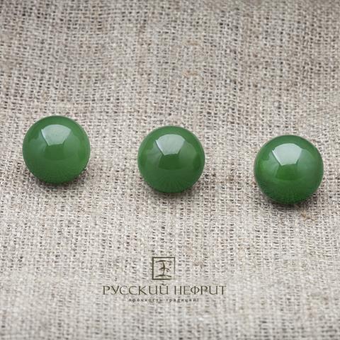 Зелёный нефрит. Бусины диаметром 12 мм.
