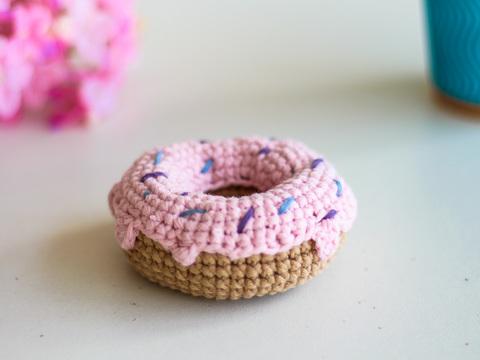 В'язаний донат, декоративний пончик - рожевий.