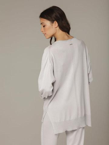 Светло-серый джемпер из шёлка и кашемира, с квадратной линией проймы - фото 2