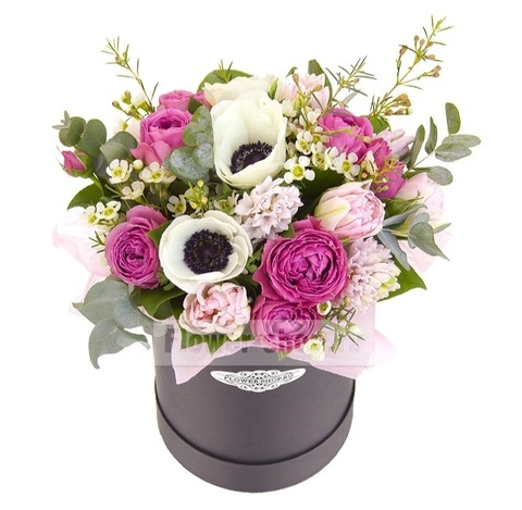 Композиция в шляпной коробочке с анемонами, пионовидной розой и тюльпанами