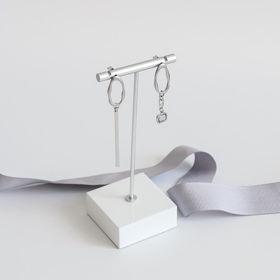 Асимметричные серьги мятые кольца с палочкой и фианитом  оптом и в розницу