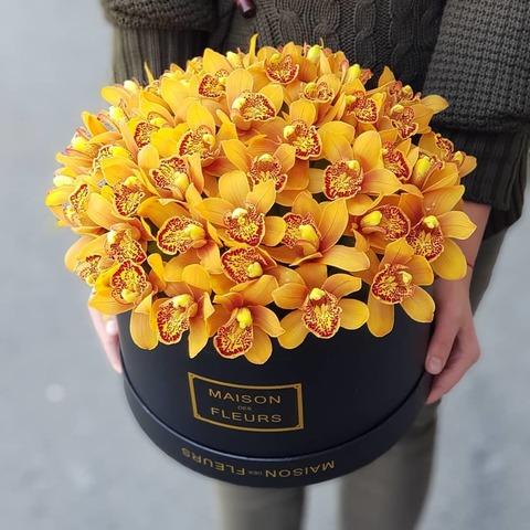 Коробка с золотой орхидеей