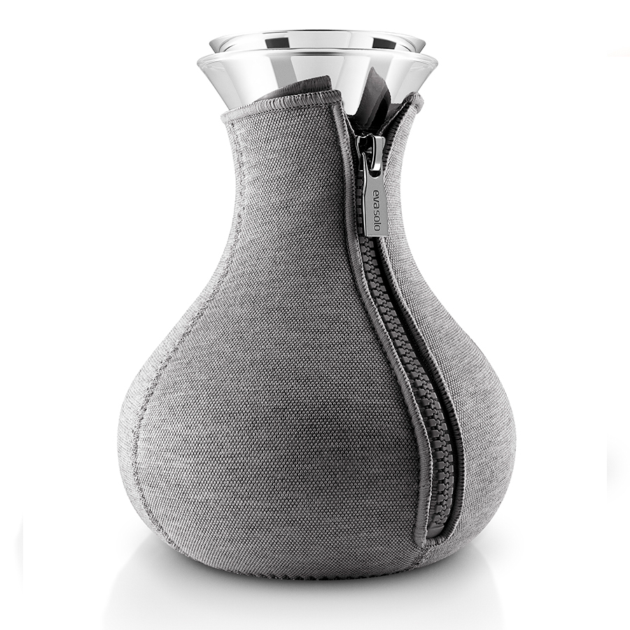 Чайник заварочный Tea maker в неопреновом текстурном чехле 1 л темно-серый Eva Solo 567487Графины и кувшины<br>Чайник заварочный Tea maker в неопреновом текстурном чехле 1 л темно-серый Eva Solo 567487<br><br>Заварочный чайник в стильном дизайне прекрасно подойдет для любителей горячего ароматного чая. Колба чайника имеет объем 1 л, округлую форму и большое выпуклое дно, которое делает чайник устойчивым, не позволяя ему перевернуться. Темно-серый неопреновый чехол на молнии сохраняет чай горячим как можно дольше. <br>Колба выполнена из прочного боросиликатного стекла – такой вид стекла гораздо более прочен по сравнению с обычным прессованным, а также способен выдерживать температуры в диапазоне -70Со до 530Со. Пробка выполнена и нержавеющей стали и каучука. Колбу можно мыть в посудомоечной машине.<br>
