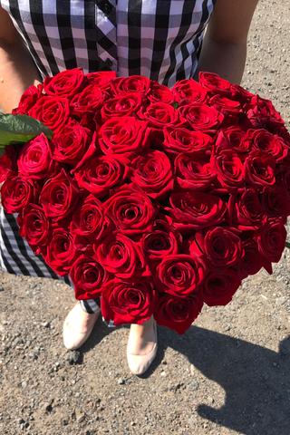 Букет 50 красных и 1 белая роза в коробке сердце