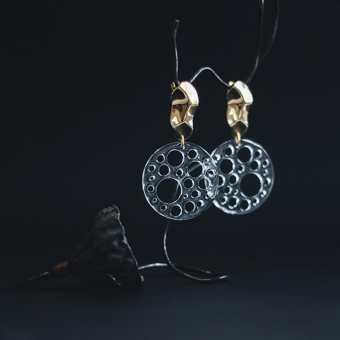 Серьги мятое золото с круглыми элементами из пластика  оптом и в розницу