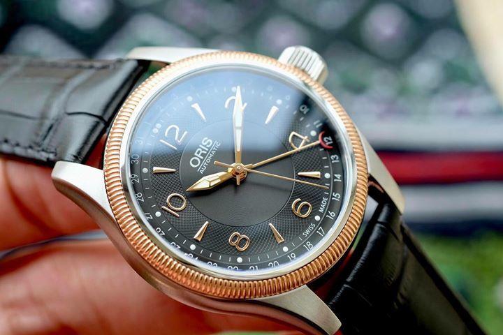 У этих часов есть одна особенность в дизайне, которая отличает их среди других швейцарских марок – красный ротор.