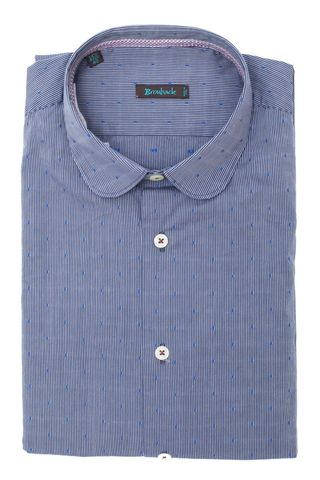 Голубая рубашка с округлым воротом в частую синюю полоску и с мелким нашитым узором