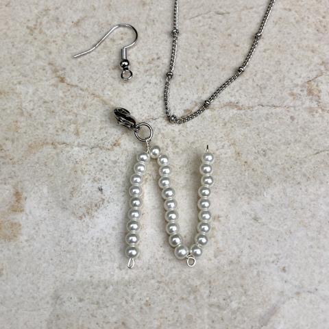 Подвеска Буква N из натурального жемчуга с замочком серебряного цвета