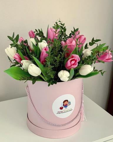 Авторская композиция из тюльпанов в розовой коробке