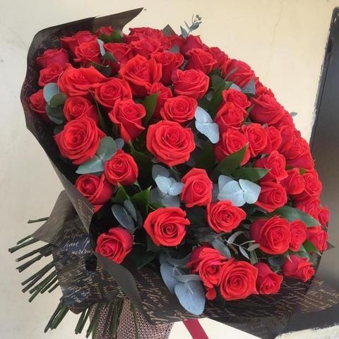 101 красная роза Эквадор с эвкалиптом