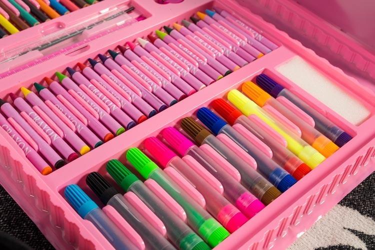 Все, что необходимо для рисования, находится в этом чемоданчике