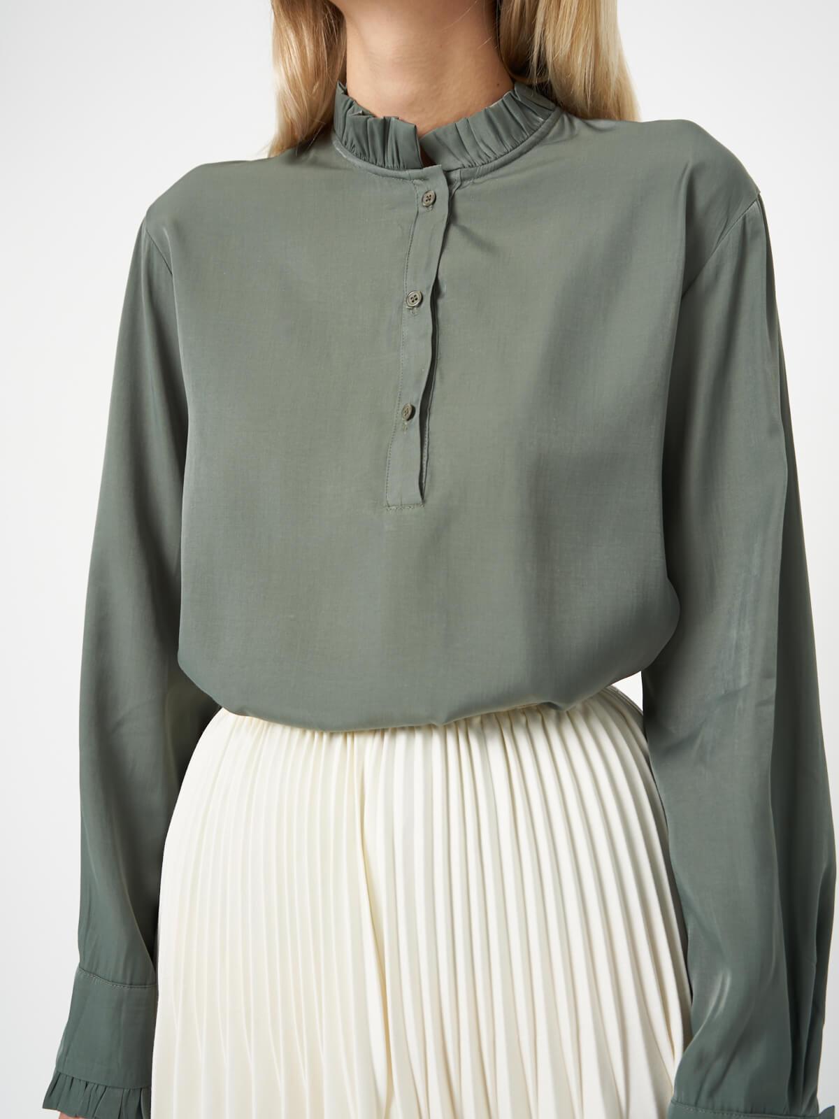 Блуза с воротником стойкой