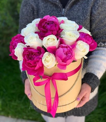 Композиция в подарочной коробке с пионами и белыми розами