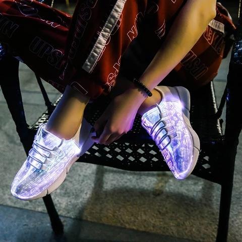 Светящиеся кроссовки с USB зарядкой на шнурках, цвет белый, светится верх. Изображение 22 из 23.