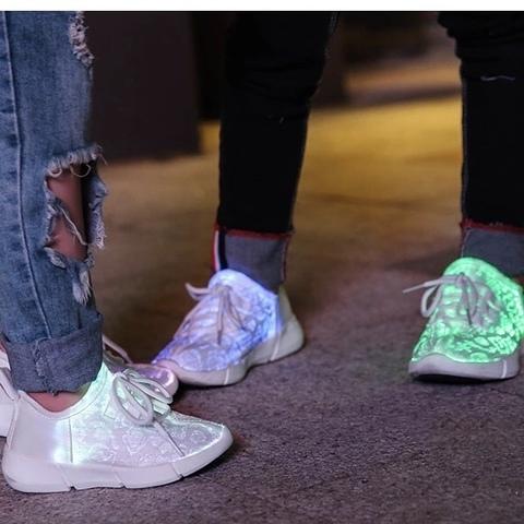 Светящиеся кроссовки с USB зарядкой на шнурках, цвет белый, светится верх. Изображение 20 из 23.
