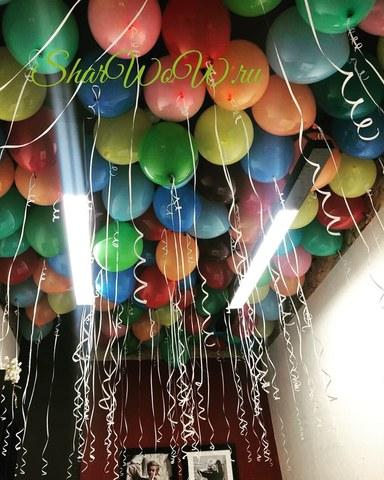 Ассорти из разноцветных шаров под потолок