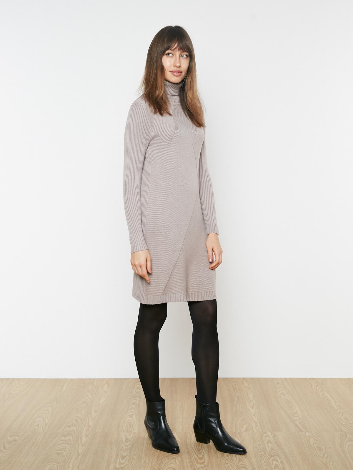 Платье трикотажное с высоким горлом