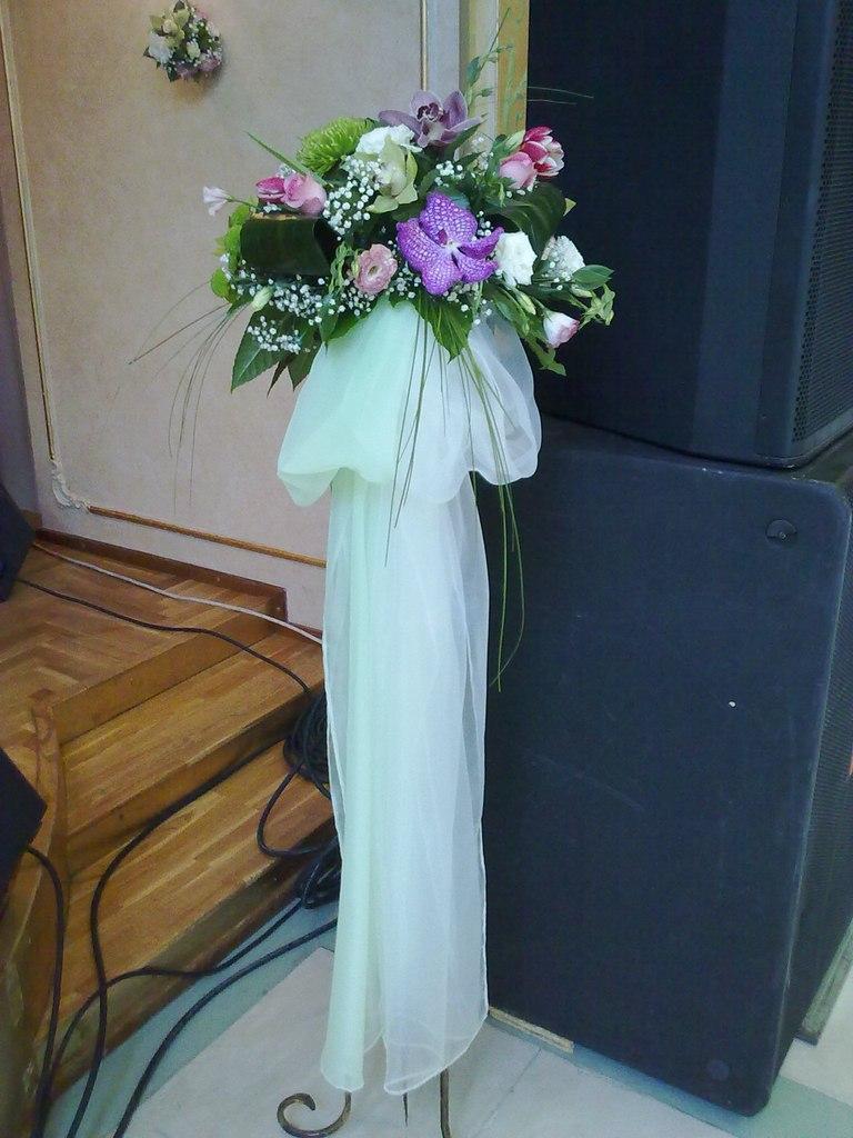 Стойка живыми цветами. орхидея Ванда