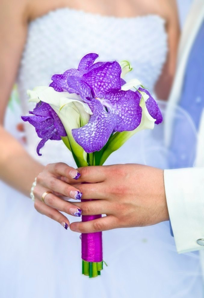 букет орхидеей Ванда. из белых роз, кал и фиолетовых орхидей