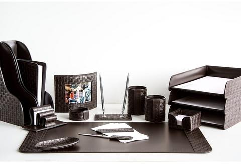 На фото набор на стол руководителя артикул 61615-EX/CT 16 предметов выполнен в цвете темно-коричневый шоколад кожи Cuoietto Treccia и Cuoietto. Возможно изготовление в черном цвете.