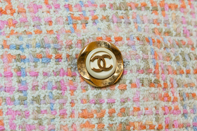 Изысканный костюм из твида пастельных оттенков от Chanel, 40 размер