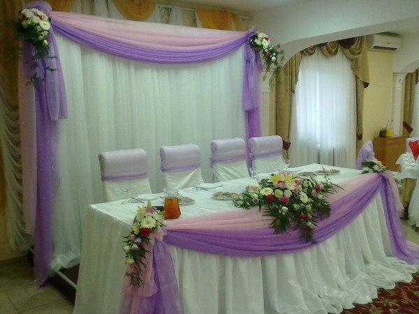 Оформление тканью центрального стола + живые цветы в сиреневом цвете