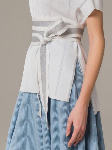 Женский удлиненный джемпер белого цвета на поясе - фото 3