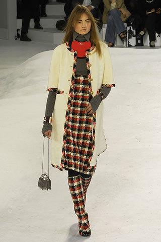 Стильное пальто из твида кремового цвета с отделкой в виде классической бахромы от Chanel, 44 размер