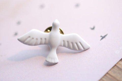 Значок, пин - Белая голубка