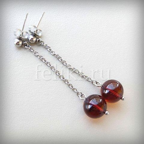 серьги-гвоздики с янтарным шариком