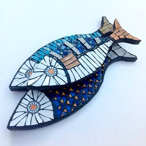Рыба из пенопласта обложенная мозаикой.