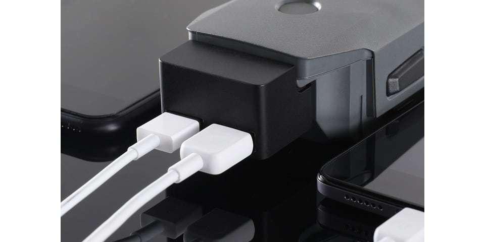 Адаптер DJI Mavic Battery to Power Bank Adaptor (Part2) подключен к батарее