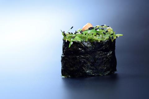 Гункан с водорослями чукка