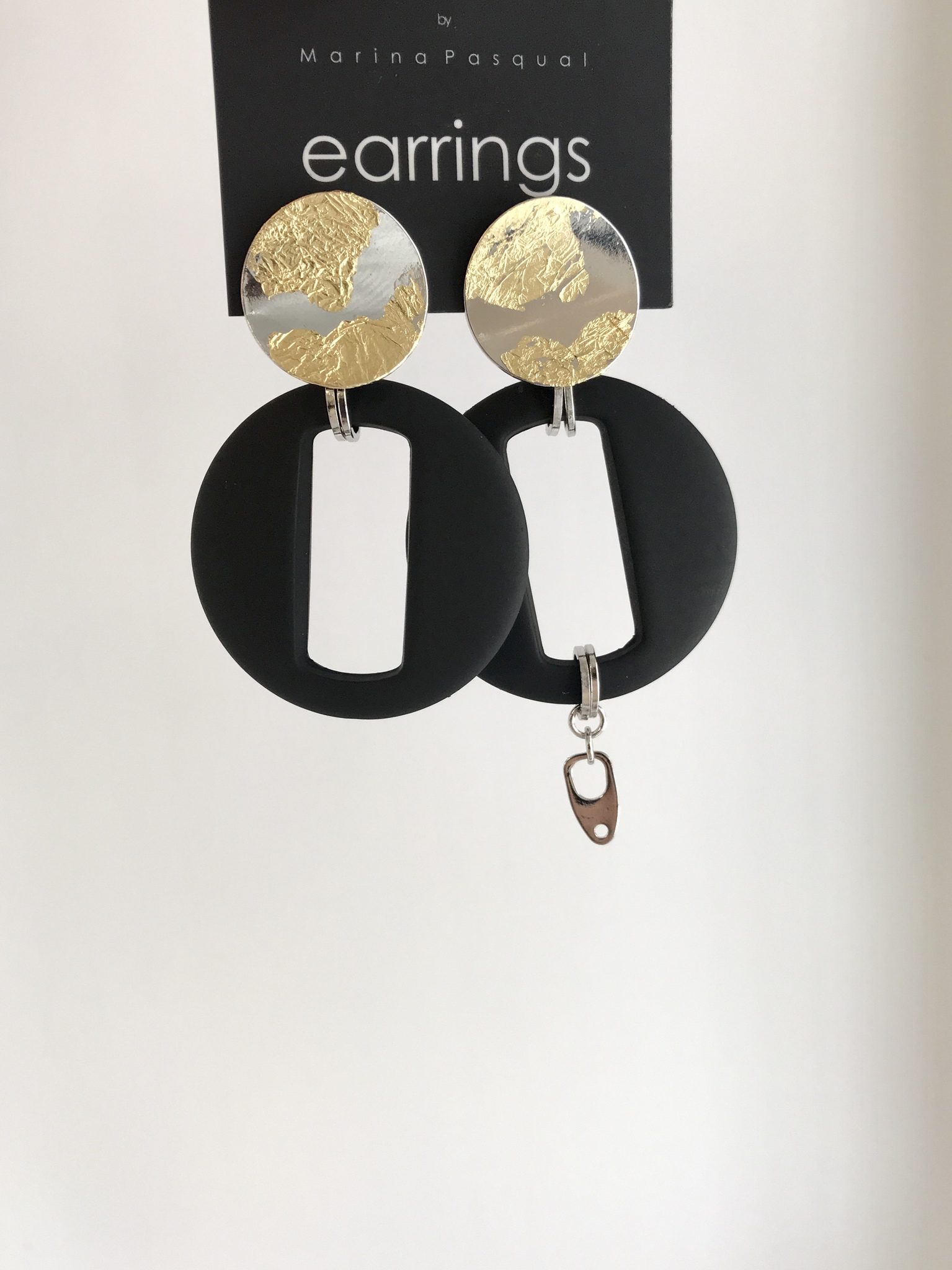 Асимметричные серьги с позолотой и чёрным элементом  оптом и в розницу