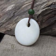 """Амулет """"Хэн-э"""" большой Д=47мм. Белый нефрит, бусина из зелёного нефрита."""