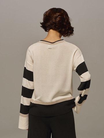 Женский джемпер белого цвета с контрастными черными вставками - фото 3