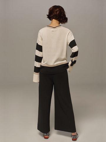 Женский джемпер белого цвета с контрастными черными вставками - фото 6
