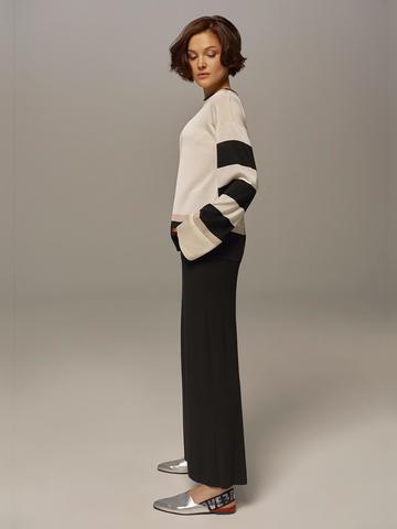 Женский джемпер белого цвета с контрастными черными вставками - фото 5