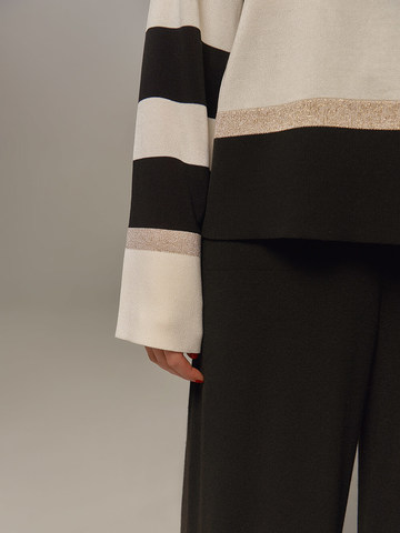 Женский джемпер белого цвета с контрастными черными вставками - фото 2