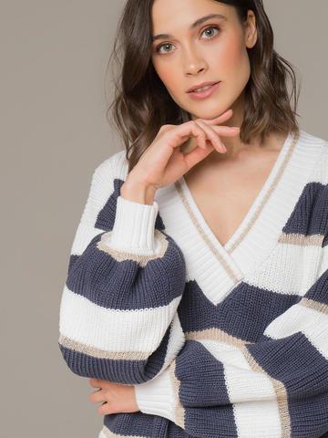 Женский джемпер белого цвета в темно-серую полосу  - фото 3
